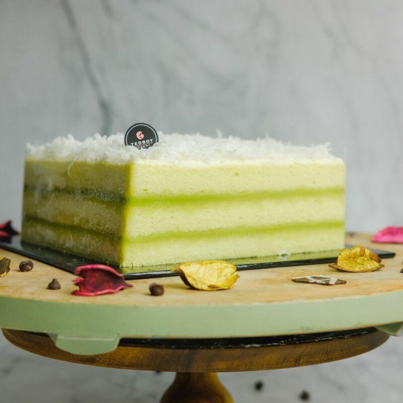 0001047 pandan layer cake whole